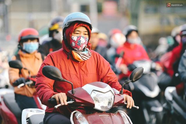 Ảnh: Không khí giảm còn 20 độ C vào sáng sớm, người Sài Gòn co ro trong cái lạnh những ngày chớm đông - Ảnh 16.