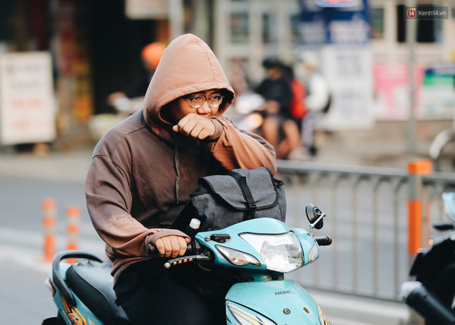 Ảnh: Không khí giảm còn 20 độ C vào sáng sớm, người Sài Gòn co ro trong cái lạnh những ngày chớm đông - Ảnh 17.