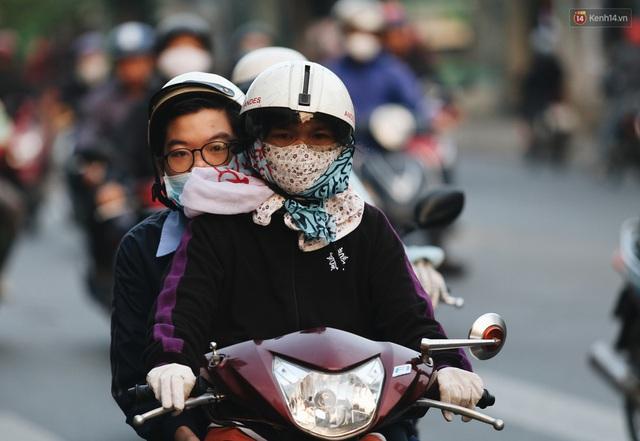Ảnh: Không khí giảm còn 20 độ C vào sáng sớm, người Sài Gòn co ro trong cái lạnh những ngày chớm đông - Ảnh 20.