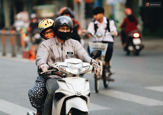 Ảnh: Không khí giảm còn 20 độ C vào sáng sớm, người Sài Gòn co ro trong cái lạnh những ngày chớm đông - Ảnh 21.