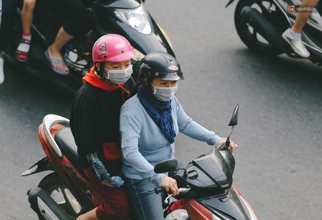 Ảnh: Không khí giảm còn 20 độ C vào sáng sớm, người Sài Gòn co ro trong cái lạnh những ngày chớm đông - Ảnh 4.