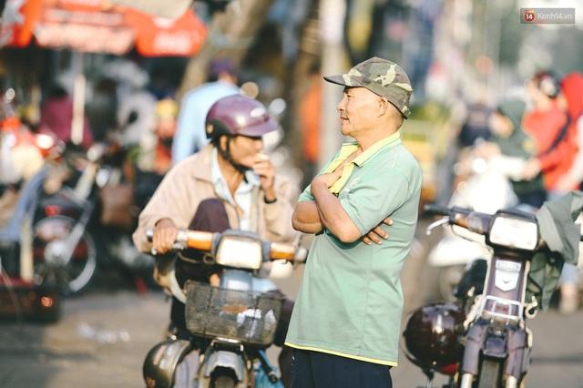 Ảnh: Không khí giảm còn 20 độ C vào sáng sớm, người Sài Gòn co ro trong cái lạnh những ngày chớm đông - Ảnh 8.
