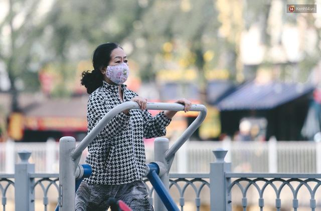 Ảnh: Không khí giảm còn 20 độ C vào sáng sớm, người Sài Gòn co ro trong cái lạnh những ngày chớm đông - Ảnh 9.