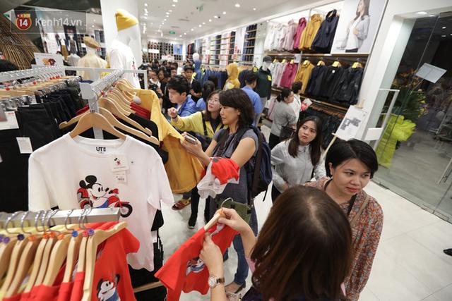 UNIQLO Đồng Khởi chính thức mở cửa, khách trung niên mua ác nhất - Ảnh 12.