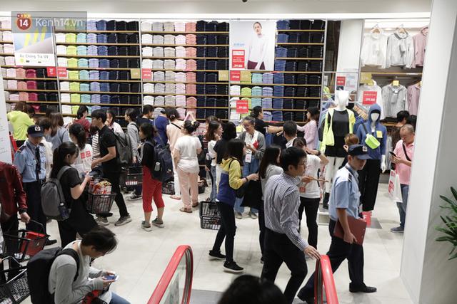 UNIQLO Đồng Khởi chính thức mở cửa, khách trung niên mua ác nhất - Ảnh 13.