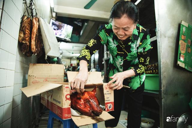 Bí mật thành công của hàng thịt quay lâu đời nhất Hà Nội, hơn 50 năm vẫn khiến khách xếp hàng dài như trẩy hội mỗi chiều - Ảnh 15.