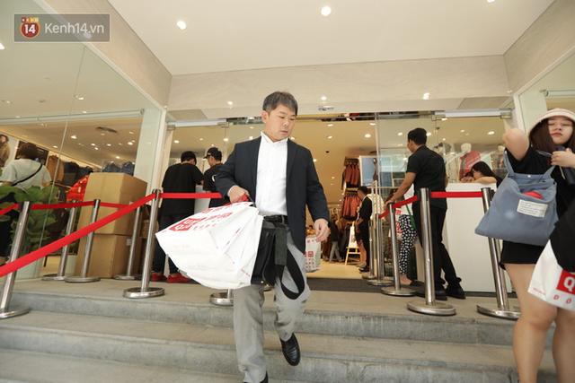 UNIQLO Đồng Khởi chính thức mở cửa, khách trung niên mua ác nhất - Ảnh 17.