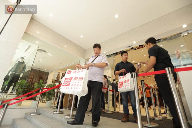 UNIQLO Đồng Khởi chính thức mở cửa, khách trung niên mua ác nhất - Ảnh 19.