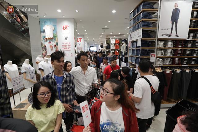 UNIQLO Đồng Khởi chính thức mở cửa, khách trung niên mua ác nhất - Ảnh 10.