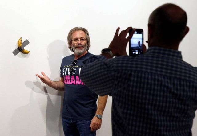 Quả chuối bình thường 'một bước lên hương' khi rơi vào tay nghệ sĩ nổi tiếng, dán lên tường thôi cũng có giá 2,78 tỷ - Ảnh 3.