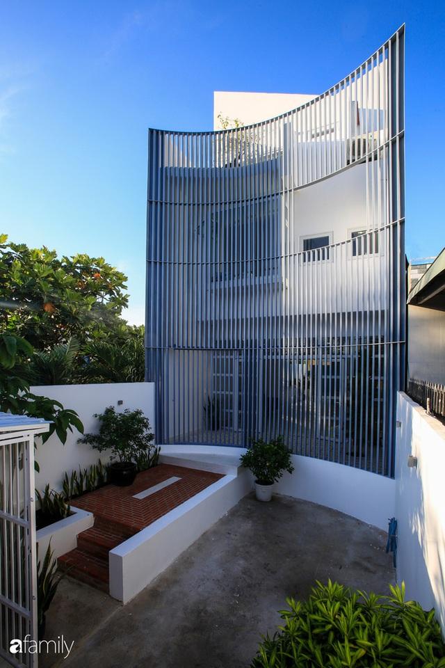 Ngôi nhà ở ngoại ô Sài Gòn thoáng mát với mặt tiền ấn tượng của gia đình 4 người - Ảnh 3.
