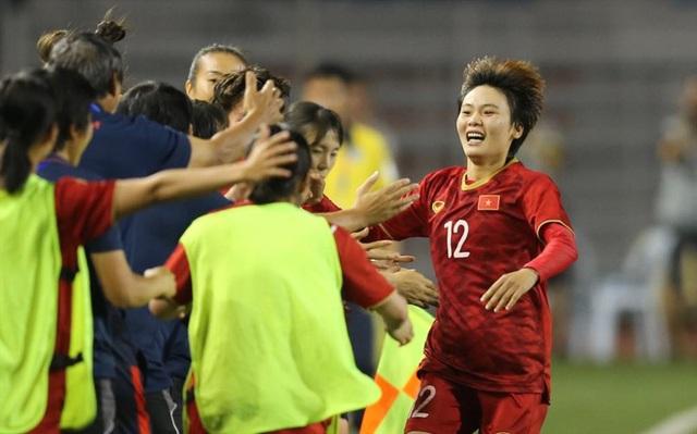"""Đội tuyển bóng đá nữ Việt Nam nhận """"mưa"""" tiền thưởng từ doanh nghiệp địa ốc, ngân hàng - Ảnh 1."""