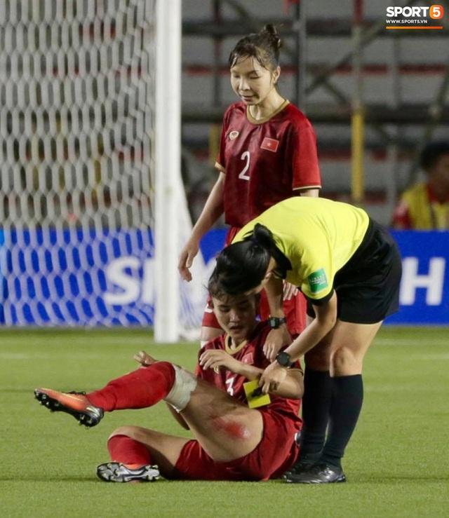 Hình ảnh đắt giá và xót xa nhất trận chung kết bóng đá nữ SEA Games 30: Đường đến vinh quang của các cô gái vàng Việt Nam có cả máu và nước mắt - Ảnh 1.