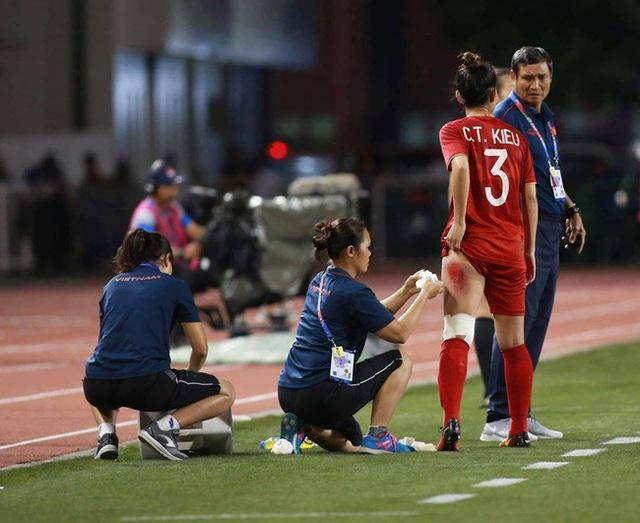 Hình ảnh đắt giá và xót xa nhất trận chung kết bóng đá nữ SEA Games 30: Đường đến vinh quang của các cô gái vàng Việt Nam có cả máu và nước mắt - Ảnh 2.