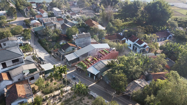 Vườn rau 7 bậc thang xanh tươi trên mái nhà của vợ chồng trung niên được các con xây tặng ở Quảng Ngãi - Ảnh 1.