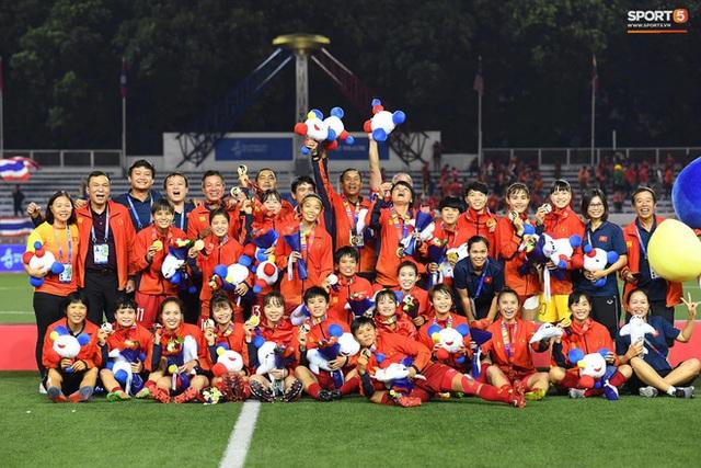 Tuyển nữ Việt Nam được thưởng hơn 10 tỷ đồng cùng nhiều hiện vật sau khi giành huy chương vàng SEA Games 30 - Ảnh 2.