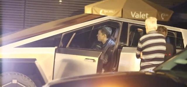 Tận dụng của nhà trồng được, Elon Musk lái Cybertruck ra ngoài ăn tối cùng bạn bè - Ảnh 1.