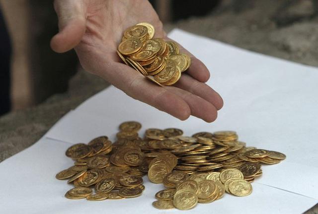 Góc được thần tài chiếu cố: Lấy tiền trúng số đi mua đất, người đàn ông tiếp tục đào được cả một kho báu quý giá - Ảnh 4.