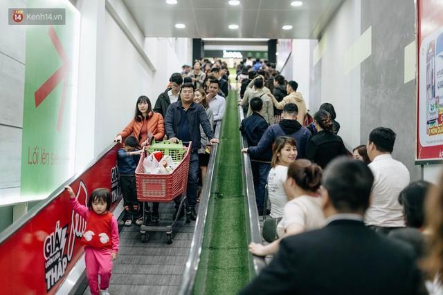 Choáng với cảnh siêu thị ở Hà Nội kín đặc người ngày cuối năm, khách trèo lên cả kệ hàng để mua sắm - Ảnh 1.