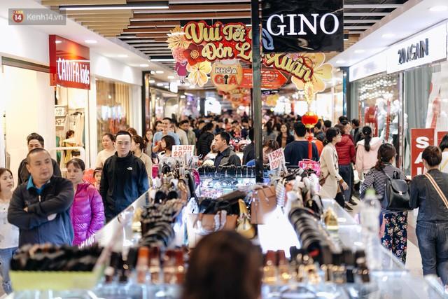 Choáng với cảnh siêu thị ở Hà Nội kín đặc người ngày cuối năm, khách trèo lên cả kệ hàng để mua sắm - Ảnh 2.