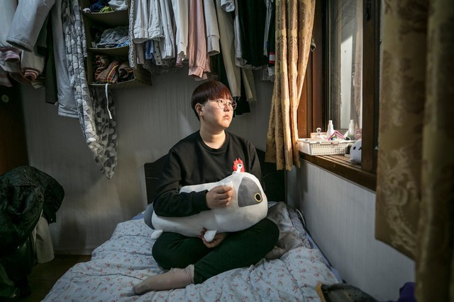Phụ nữ Hàn Quốc thách thức chuẩn mực: Từ một đất nước ám ảnh nét đẹp hoàn hảo đến tự tin phô bày nhan sắc tự nhiên - Ảnh 2.