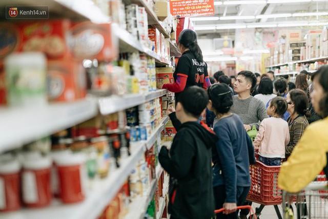 Choáng với cảnh siêu thị ở Hà Nội kín đặc người ngày cuối năm, khách trèo lên cả kệ hàng để mua sắm - Ảnh 11.
