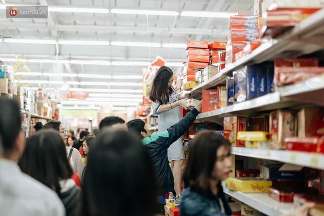 Choáng với cảnh siêu thị ở Hà Nội kín đặc người ngày cuối năm, khách trèo lên cả kệ hàng để mua sắm - Ảnh 12.