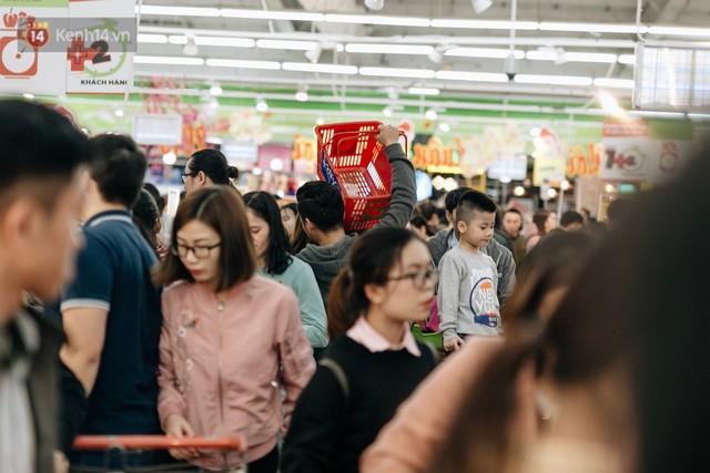 Choáng với cảnh siêu thị ở Hà Nội kín đặc người ngày cuối năm, khách trèo lên cả kệ hàng để mua sắm - Ảnh 13.