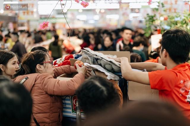 Choáng với cảnh siêu thị ở Hà Nội kín đặc người ngày cuối năm, khách trèo lên cả kệ hàng để mua sắm - Ảnh 14.