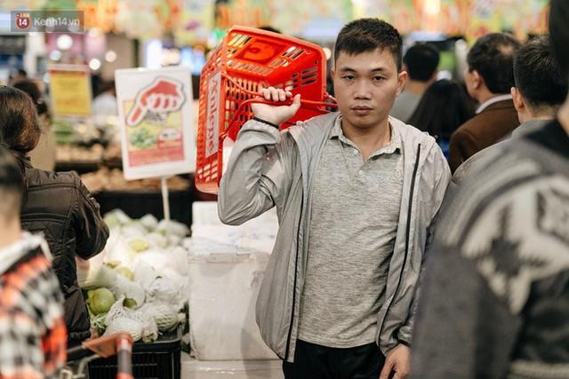 Choáng với cảnh siêu thị ở Hà Nội kín đặc người ngày cuối năm, khách trèo lên cả kệ hàng để mua sắm - Ảnh 17.