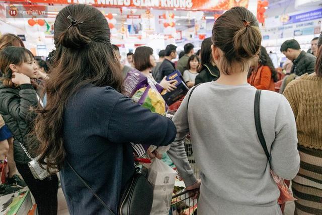 Choáng với cảnh siêu thị ở Hà Nội kín đặc người ngày cuối năm, khách trèo lên cả kệ hàng để mua sắm - Ảnh 18.