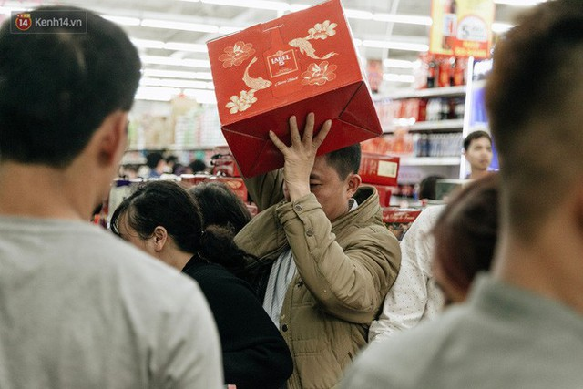 Choáng với cảnh siêu thị ở Hà Nội kín đặc người ngày cuối năm, khách trèo lên cả kệ hàng để mua sắm - Ảnh 19.