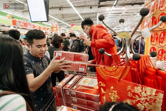 Choáng với cảnh siêu thị ở Hà Nội kín đặc người ngày cuối năm, khách trèo lên cả kệ hàng để mua sắm - Ảnh 20.