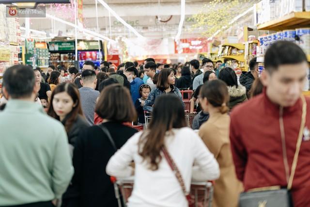 Choáng với cảnh siêu thị ở Hà Nội kín đặc người ngày cuối năm, khách trèo lên cả kệ hàng để mua sắm - Ảnh 3.
