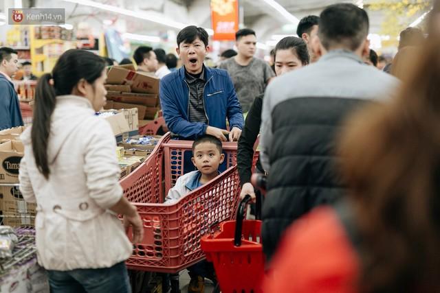 Choáng với cảnh siêu thị ở Hà Nội kín đặc người ngày cuối năm, khách trèo lên cả kệ hàng để mua sắm - Ảnh 22.