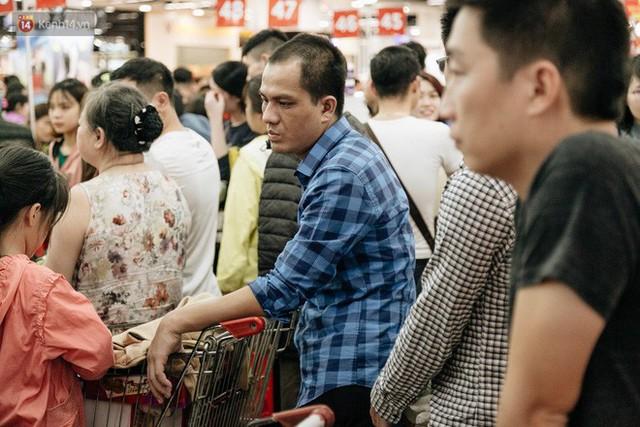 Choáng với cảnh siêu thị ở Hà Nội kín đặc người ngày cuối năm, khách trèo lên cả kệ hàng để mua sắm - Ảnh 23.