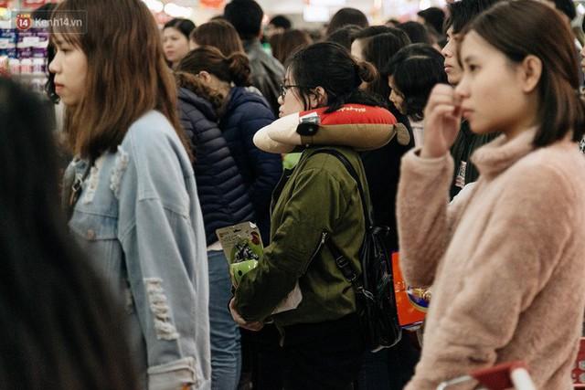 Choáng với cảnh siêu thị ở Hà Nội kín đặc người ngày cuối năm, khách trèo lên cả kệ hàng để mua sắm - Ảnh 25.