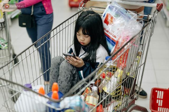 Choáng với cảnh siêu thị ở Hà Nội kín đặc người ngày cuối năm, khách trèo lên cả kệ hàng để mua sắm - Ảnh 26.