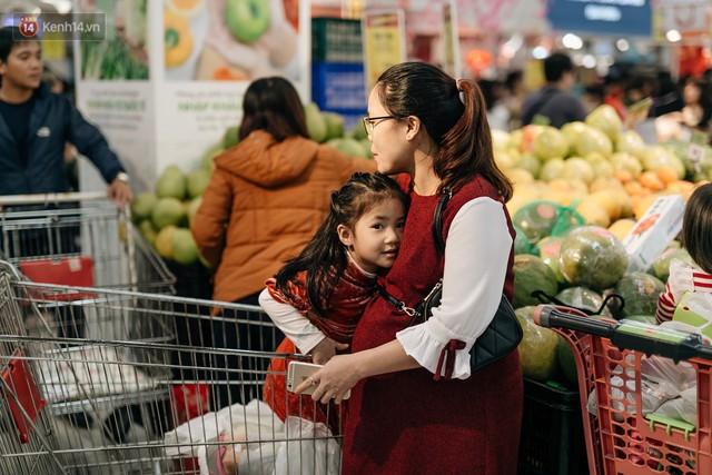 Choáng với cảnh siêu thị ở Hà Nội kín đặc người ngày cuối năm, khách trèo lên cả kệ hàng để mua sắm - Ảnh 27.
