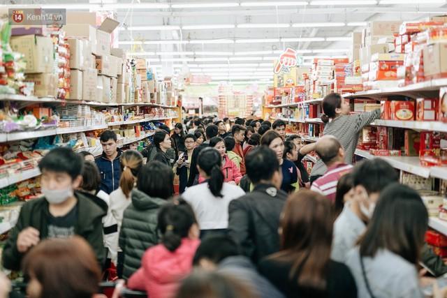 Choáng với cảnh siêu thị ở Hà Nội kín đặc người ngày cuối năm, khách trèo lên cả kệ hàng để mua sắm - Ảnh 4.