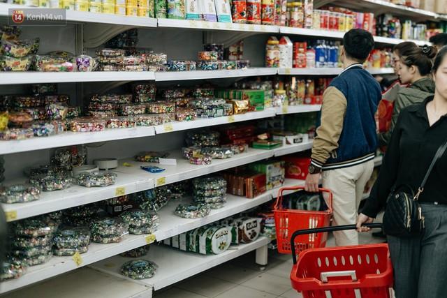 Choáng với cảnh siêu thị ở Hà Nội kín đặc người ngày cuối năm, khách trèo lên cả kệ hàng để mua sắm - Ảnh 5.