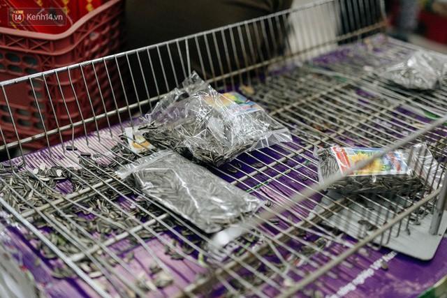 Choáng với cảnh siêu thị ở Hà Nội kín đặc người ngày cuối năm, khách trèo lên cả kệ hàng để mua sắm - Ảnh 6.