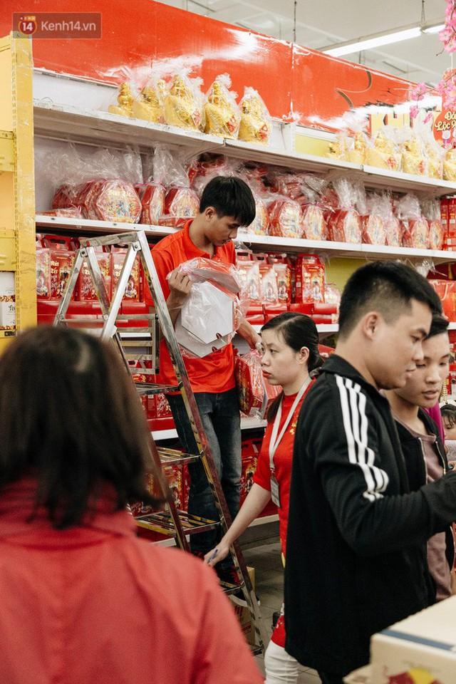 Choáng với cảnh siêu thị ở Hà Nội kín đặc người ngày cuối năm, khách trèo lên cả kệ hàng để mua sắm - Ảnh 7.