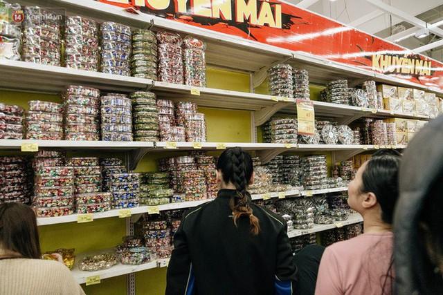 Choáng với cảnh siêu thị ở Hà Nội kín đặc người ngày cuối năm, khách trèo lên cả kệ hàng để mua sắm - Ảnh 8.