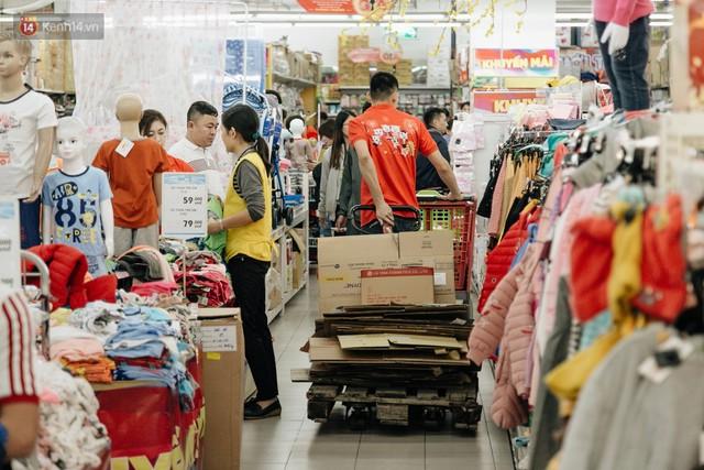 Choáng với cảnh siêu thị ở Hà Nội kín đặc người ngày cuối năm, khách trèo lên cả kệ hàng để mua sắm - Ảnh 9.