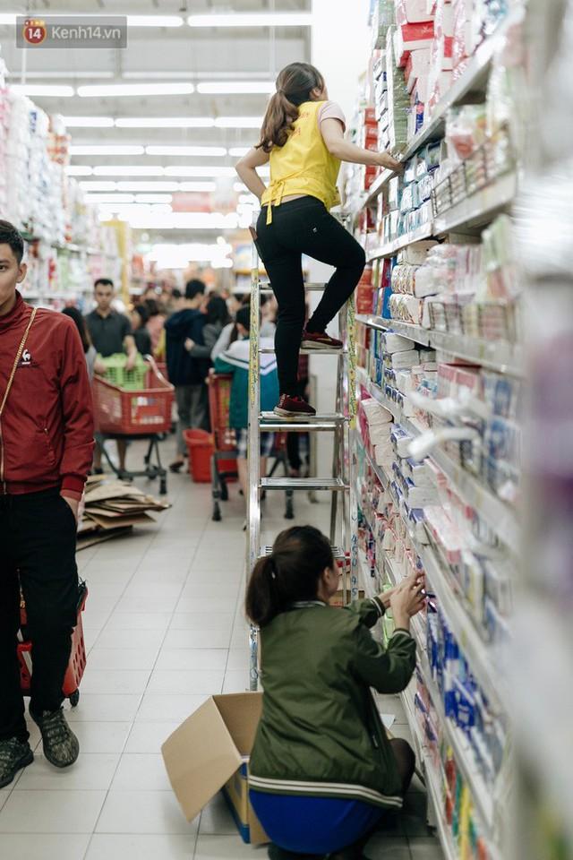 Choáng với cảnh siêu thị ở Hà Nội kín đặc người ngày cuối năm, khách trèo lên cả kệ hàng để mua sắm - Ảnh 10.