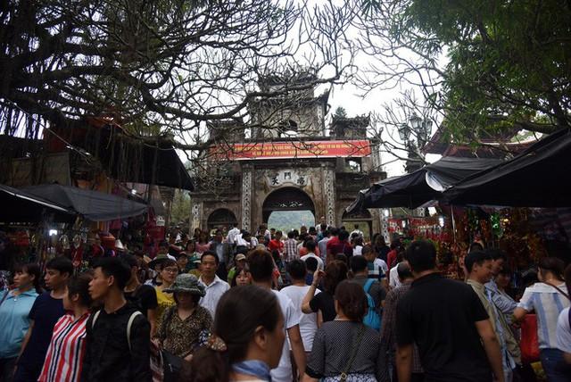 Biển người chen chân dưới nắng nóng ở chùa Hương, dân đứng kín đường ném lì xì cho ông lợn - Ảnh 2.