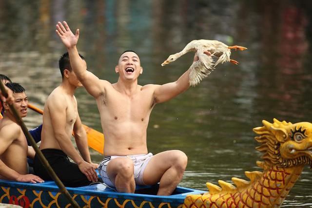 Biển người chen chân dưới nắng nóng ở chùa Hương, dân đứng kín đường ném lì xì cho ông lợn - Ảnh 11.