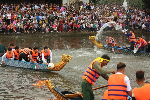 Biển người chen chân dưới nắng nóng ở chùa Hương, dân đứng kín đường ném lì xì cho ông lợn - Ảnh 8.
