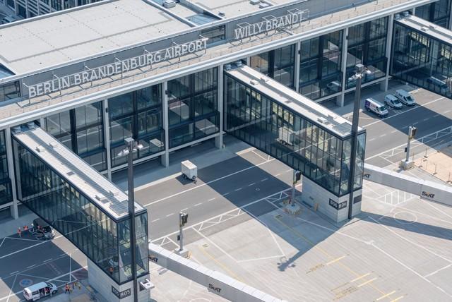 Sân bay ma ở Berlin: Màn hình hiển thị chuyến bay hoạt động, mỗi tháng ngốn 10 triệu euro phí bảo trì, quản lý nhưng suốt 7 năm không có một hành khách nào - Ảnh 1.